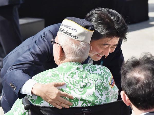 演説を終え、真珠湾攻撃を生き延びた元米兵を抱きしめる安倍首相=27日、米ハワイ・真珠湾(代表撮影・共同)
