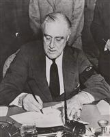 日本への宣戦布告に署名するフランクリン・ルーズベルト米大統領。第二次世界大戦への参戦を望んでいたとされる=1941年12月8日、米ワシントン(ロイター)