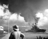 真珠湾攻撃で炎上する米戦艦カリフォルニア=1941年12月7日(日本時間8日)、米ハワイ州・真珠湾(ロイター)
