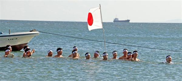 立ち泳ぎで「祝成人」 水温9度に45人…「よーゆこーれ」の掛け声に合わせ
