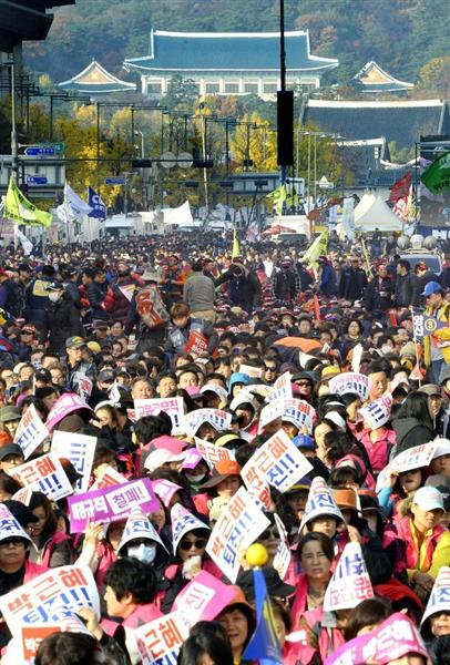 青瓦台前で開かれた朴大統領の退陣を求める集会=ソウル市(共同)