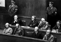 東京裁判の判決言い渡しを聞く東条英機元首相(前列左)ら被告=昭和23年11月10日、東京・市ケ谷の旧陸軍省大講堂