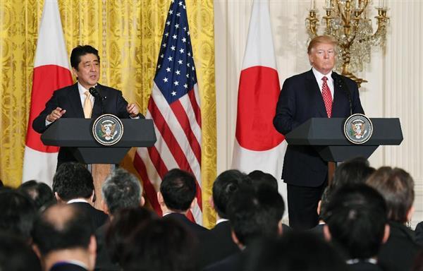 共同記者会見する安倍首相(左)とトランプ米大統領=10日、ワシントンのホワイトハウス(共同)