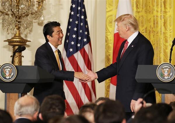 ホワイトハウスで、首脳会談後の共同記者会見を終え握手する安倍晋三首相とトランプ大統領=10日午後、米ワシントン(松本健吾撮影)