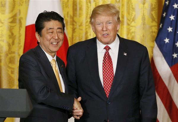 安倍首相とトランプ大統領=10日、ホワイトハウス(ロイター)