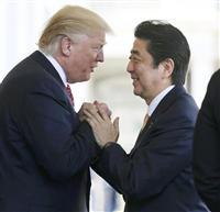 トランプ米大統領(左)の出迎えを受ける安倍首相=10日、ワシントンのホワイトハウス(ロイター=共同)