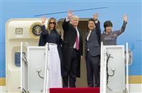 米大統領専用機エアフォースワンに乗り込む(左から)メラニア夫人、トランプ大統領、安倍首相、昭恵夫人=10日、ワシントン郊外のアンドルーズ空軍基地(AP=共同)