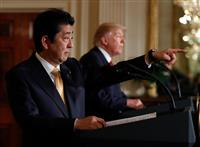 ドナルド・トランプ大統領(右)との共同記者会見で、質問する記者を指差す安倍晋三首相=10日、米ワシントンのホワイトハウス・イーストルーム(AP)