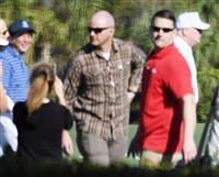 ゴルフ場に到着したトランプ米大統領(右端)と安倍首相(左端)=11日、米フロリダ・パームビーチ(共同)