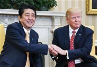ドナルド・トランプ米大統領(右)と握手する安倍晋三首相=10日、ワシントンのホワイトハウス(共同)