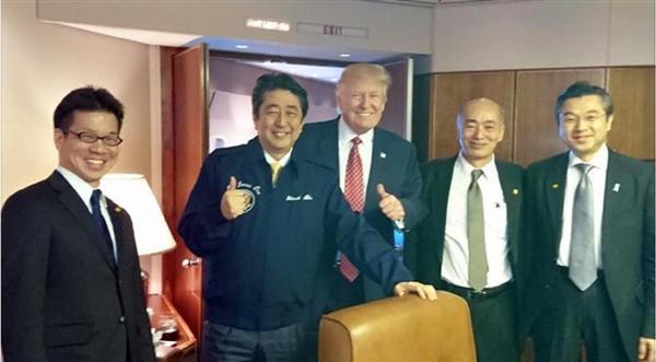 安倍晋三首相の昭恵夫人が「エアフォースワンでマイアミに移動しました」とのコメントともにフェイスブックに投稿した写真。首相はエアフォースワンと書かれたジャンパーを着ている