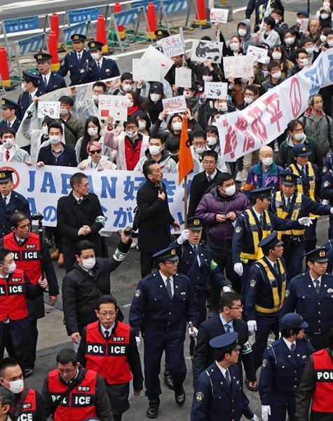 在日中国人らによって繰り広げられたアパホテルへ抗議デモ=2月5日午後、東京都新宿区(菊本和人撮影)