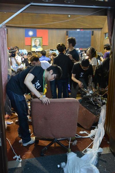 台湾の立法院議場正面のドアを開いて築いたバリケードを撤去する学生ら=2014年4月10日、台湾・台北市内(吉村剛史撮影)