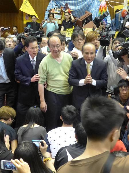台湾で学生ら立法院占拠関連 立法院議場を訪れ、占拠する学生らに声をかける学生らに語りかける王金平立法院長(中央右)=2014年4月6日。台湾・台北市(吉村剛史撮影)