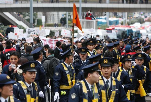 警察官に守られながら東京・新宿で在日中国人がアパホテルへ抗議デモ=2月5日午後、東京都新宿区(菊本和人撮影)