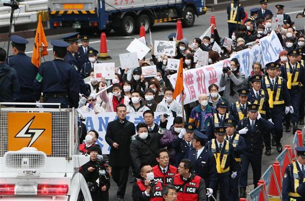 警察官に守られながら東京・新宿で在日中国人が、アパホテルへ抗議デモ=2月5日午後、東京都新宿区(菊本和人撮影)