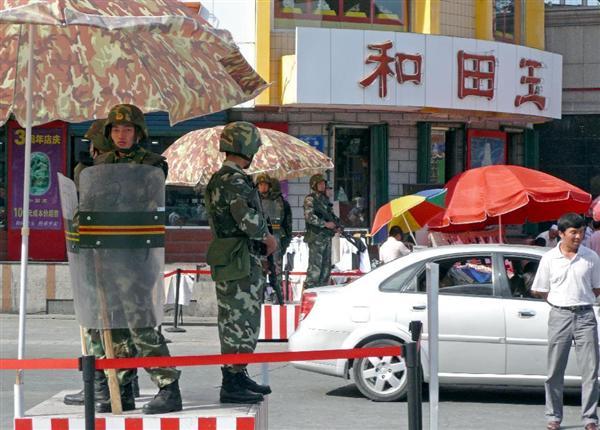 中国・ウルムチ市中心街の交差点などで、自動小銃を構え目を光らせる武装警察部隊=2009年8月3日、中国・新疆ウイグル自治区(矢板明夫撮影)