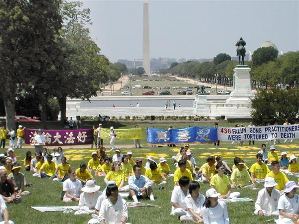 中国を拠点とする気功集団「法輪功」に対する中国政府の弾圧に抗議する集会が、ワシントンの米国連邦議会前開かれた=2002年7月23日(古森義久撮影)