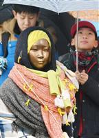ソウルの日本大使館前の慰安婦像前で、水曜日の抗議集会に参加する子供ら=22日(共同)