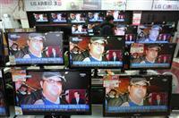 15日、ソウルの街頭で、北朝鮮の金正男氏の殺害を伝えるテレビ。事件に対する韓国庶民の反応はいまひとつ(AP)