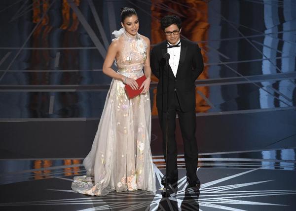 26日、米アカデミー賞授賞式で発言する、メキシコ人俳優ガエル・ガルシア・ベルナルさん(右)ら(AP)