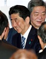自民党の党大会の出席者にあいさつする安倍首相=5日午前、東京都内のホテル