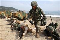 米韓による合同野外機動訓練「フォールイーグル」は毎年春に行われている。写真は2014年3月、上陸作戦の演習を行う米韓の兵士ら(AP)