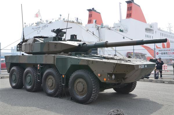関西で初展示された機動戦闘車。90式や10式などの戦車よりも軽いことが特徴だ(岡田敏彦撮影)