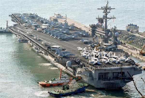 韓国・釜山に入港する米海軍の原子力空母カール・ビンソン=15日(共同)