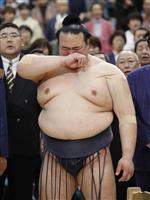 大相撲春場所の表彰式で、感極まり涙ぐむ優勝した新横綱の稀勢の里関=26日、大阪市のエディオンアリーナ大阪