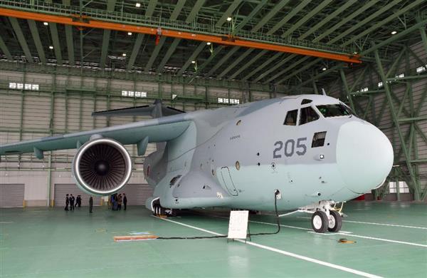 鳥取県境港市の航空自衛隊美保基地に配備されたC2輸送機=30日午後