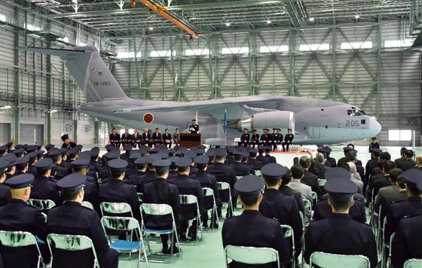 C2輸送機の配備を記念し、航空自衛隊美保基地で行われた式典=30日午前、鳥取県境港市