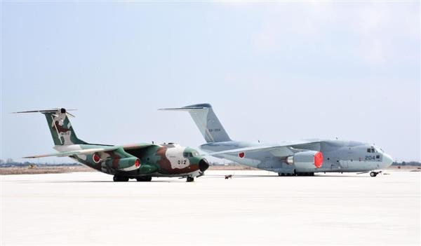 鳥取県境港市の航空自衛隊美保基地に配備されたC2輸送機。左は現行のC1輸送機=30日午後