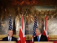 会談後、記者会見に臨むマティス米国防長官(左)とファロン国防相=3月31日、ロンドン(ロイター)