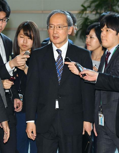 安倍晋三首相との面会を終え記者団の質問に答える長嶺安政・駐韓大使=4日午前、首相官邸