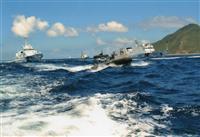 魚釣島(右)から100~200メートルの海域。中央右寄りが中国公船。海上保安庁の船が接近しないよう間に入っている(石垣市議、仲間均氏提供)