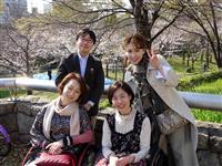 「バリアフリーお花見ランチ」を企画した櫻井純さん(左上)、太田啓子さん(右下)と参加者ら=4日、大阪市都島区