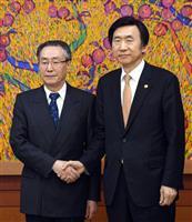 韓国の尹炳世外相(右)と会談前に握手する中国の武大偉朝鮮半島問題特別代表=4月10日、ソウル(共同)