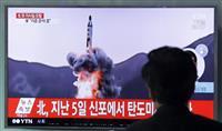 韓国のソウル駅で、北朝鮮による弾道ミサイル発射失敗について過去の映像を使って報じるニュース番組を見る男性=16日(AP)