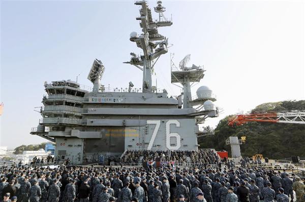 原子力空母ロナルド・レーガンの艦上でマイク・ペンス米副大統領の到着を待つ米兵と自衛隊員=19日午前、神奈川県横須賀市(AP)