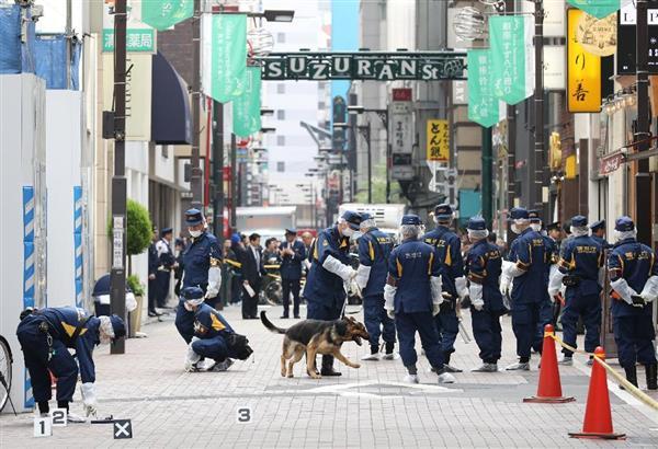 強盗事件があった現場周辺を検証する警察官ら=21日午後、東京・銀座(古厩正樹撮影)
