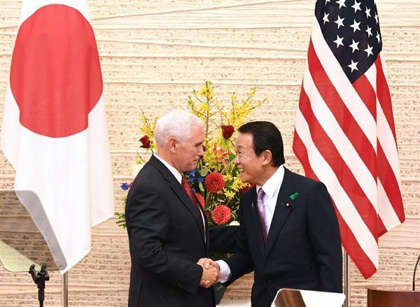 共同記者会見を終え、握手を交わすペンス米副大統領(左)と麻生太郎副総理兼財務相=18日午後、首相官邸(川口良介撮影)