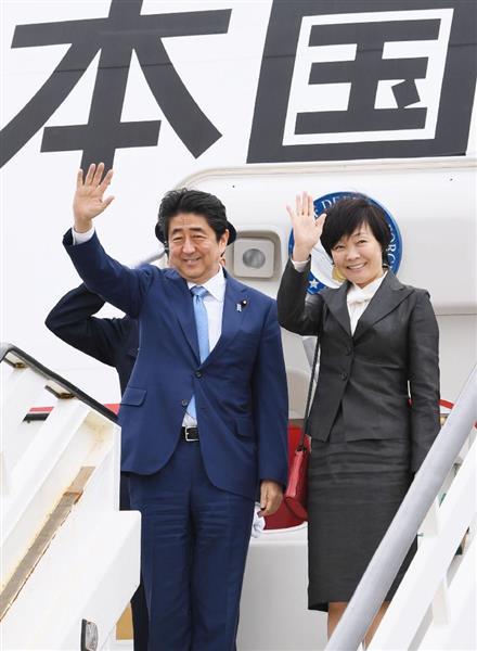 英国訪問を終え、帰国の途に就く安倍首相夫妻=29日、ロンドン・ヒースロー空港(共同)