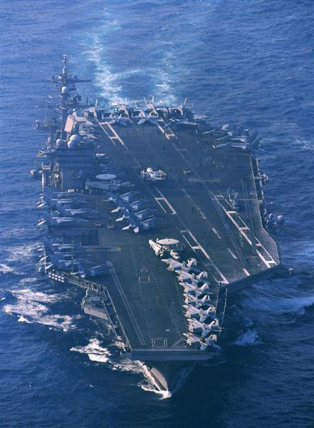 長崎県・対馬の南約60キロの海上を日本海に向けて航行する米原子力空母カール・ビンソン=29日午前8時2分(本社ヘリから)