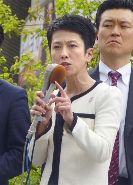 街頭演説する民進党の蓮舫代表=4月22日、東京・JR八王子駅前