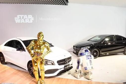 「CLA180」の「スター・ウォーズ」特別仕様車を披露する「R2-D2」と「C-3PO」=2日、東京・六本木(会田聡撮影)