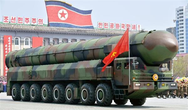 北朝鮮の軍事パレードで公開された、新型ICBM用の可能性がある発射管付き車両(共同)