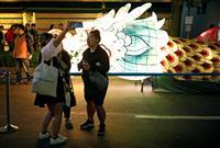 4月29日、ソウルで、竜の形のランタンを背に記念撮影する観光客ら(ロイター)