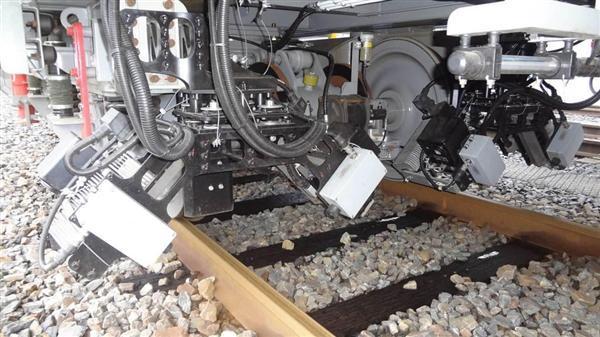 点検用車両の下部に取り付けられた、レール側面を撮影する4台のカメラ(JR西日本提供)