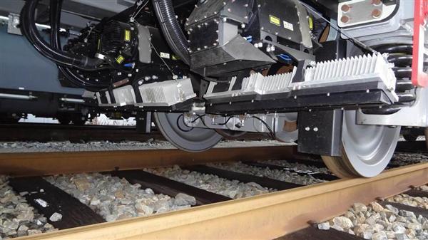 点検用車両の下部に取り付けられた、軌道全体を撮影する3台のカメラ(JR西日本提供)